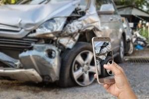 Idealerweise fügen Sie der Unfallmeldung an die Versicherung Fotos vom Schaden bei.