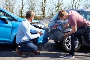 Unverschuldeter Autounfall: Tauschen Sie unbedingt die Versicherungsdaten mit dem Unfallverursacher aus.
