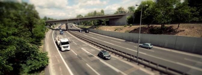 Eine VAMA (Videoabstandsmessanlage) wird auf Brücken positioniert.