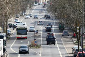 Sie begehen eine Straftat, wenn Sie im öffentlichen Verkehr mit dem Auto das Fahren üben.