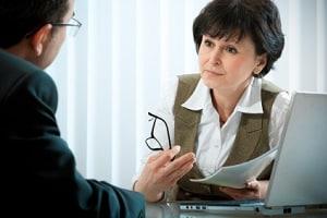 Ein Verkehrsanwalt übernimmt die Korrespondenz zwischen Mandant und Verfahrensbevollmächtigtem.