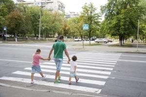 Auf dem Lehrplan zur Verkehrserziehung in Klasse 1: Wie Zebrastreifen das Überqueren von Straßen erleichtern.