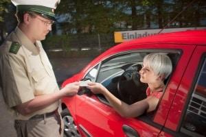Gemäß einem Urteil ist auch eine Verkehrskontrolle auf einem Privatgrundstück möglich.