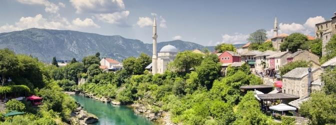 Vor einer Reise sollten sich Urlauber mit den Verkehrsregeln in Bosnien befassen.