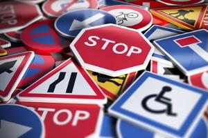 Verkehrsregeln: Wer in Deutschland mit dem Auto unterwegs ist, sollte sie kennen.