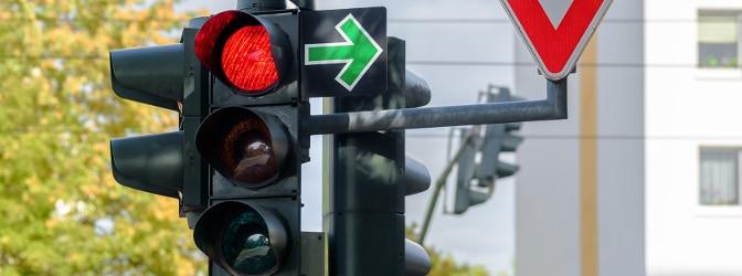 Besonderes Verkehrsschild: Ein grüner Pfeil berechtigt Rechtsabbieger dazu, bei roter Ampel abzubiegen.