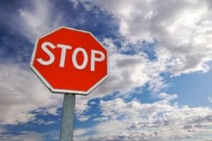 Verkehrsschilder informieren in Frankreich über das vorgeschriebene Verhalten.