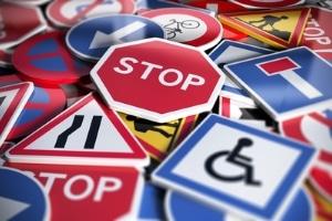 So viele Verkehrsschilder: Da können Verkehrsteilnehmer schon einmal den Überblick verlieren.