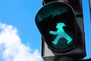 Mehr Verkehrssicherheit für Gehörlose: Gerade das Überqueren von Fußgängerampeln ist oft gefährlich.
