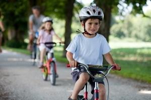 Verkehrssicherheit: Für Kinder sollte ein Helm zur festen Fahrradausstattung gehören.