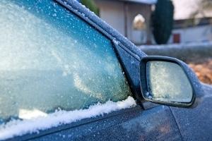Winterreifen und eisfreie Scheiben bilden die Grundlage für die Verkehrssicherheit im Winter.