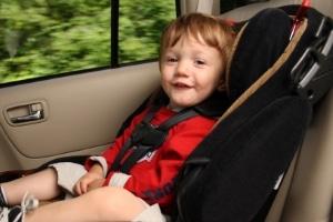 Während der Autofahrt sind für die Verkehrssicherheit sowohl Kindersitz als auch Gurt zu verwenden.