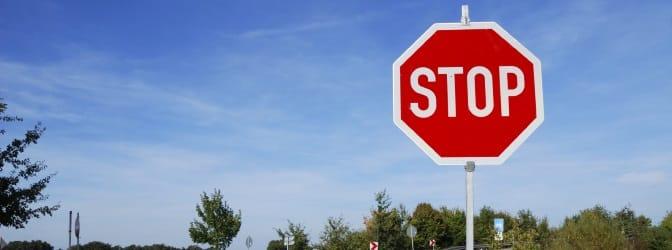 Das Aussehen der Verkehrszeichen bzw. der Richtzeichen ist durch die StVO geregelt.