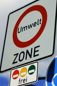 Diese Verkehrszeichen kennzeichnen alle Umweltzonen in Deutschland.