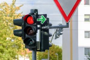 Die Ampel gehört zu den Verkehrszeichen, welche die Vorfahrt regeln.