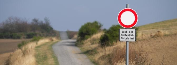 Ob auf dem Land oder in der Stadt: Verkehrszeichen spielen eine wichtige Rolle auf deutschen Straßen.