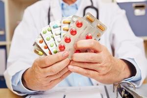 Verschiedene Drogen und Medikamente können zusammen unvorhersehbare Wechselwirkungen haben.