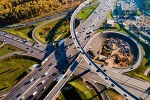 Meistens ist eine Verteilerfahrbahn an einem Autobahnkreuz zu finden.