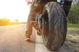 Vignette entfernen: Bei einem Motorrad sollten Sie keinen Schaber dafür verwenden.
