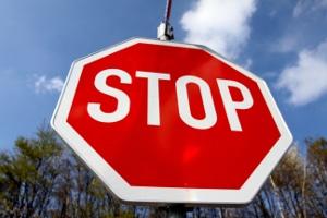 Vorfahrt: An einer Kreuzung kann auch ein Stoppschild stehen.