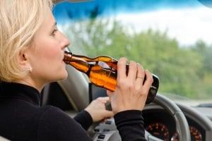 Vorsätzliche Trunkenheit im Verkehr kann u. a. einen Entzug der Fahrerlaubnis zur Folge haben.