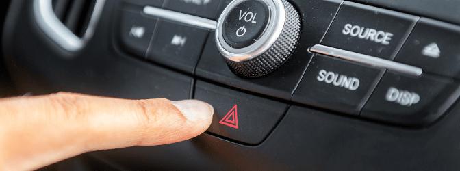 Es gibt verschiedene Situationen, in denen das Warnblinklicht beim Auto eingeschaltet werden sollte.