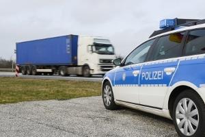 Vorsicht: Die Polizei kontrolliert, ob sich eine Warnweste im Lkw befindet.