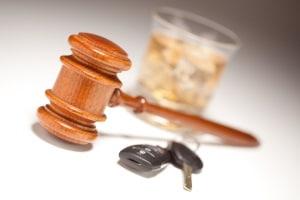 Einem Wiederholungstäter droht ein Fahrverbot, wenn dieser wiederholt Alkohol am Steuer konsumiert.