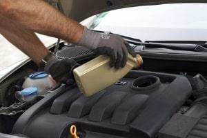 Vorher nicht winterfest: Ihr Auto braucht frisches und u. U. spezielles Motoröl im Winter.