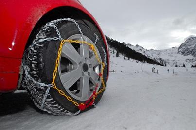 Auf die Winterreifen Schneeketten aufziehen? Pflicht in der Schweiz ist das bei entsprechender Beschilderung.