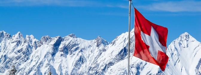 Es gibt keine generelle Winterreifenpflicht in der Schweiz - Bussen können bei ungeeigneter Bereifung dennoch drohen.