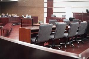 Muss ein Zeuge bei Gericht aussagen, kann er sich in bestimmten Fällen auf das Zeugnisverweigerungsrecht berufen.