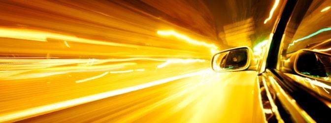 Die zulässige Höchstgeschwindigkeit außerhalb geschlossener Ortschaften hängt davon ab, ob Sie sich auf einer Landstraße, einer Autobahn oder einer Kraftfahrstraße befinden.