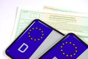 Die Zulassungsbescheinigung setzt sich zusammen aus Fahrzeugschein und Fahrzeugbrief